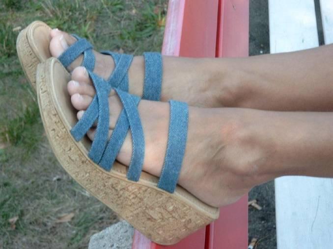 i piedini sexy di una mogliettina puttanella